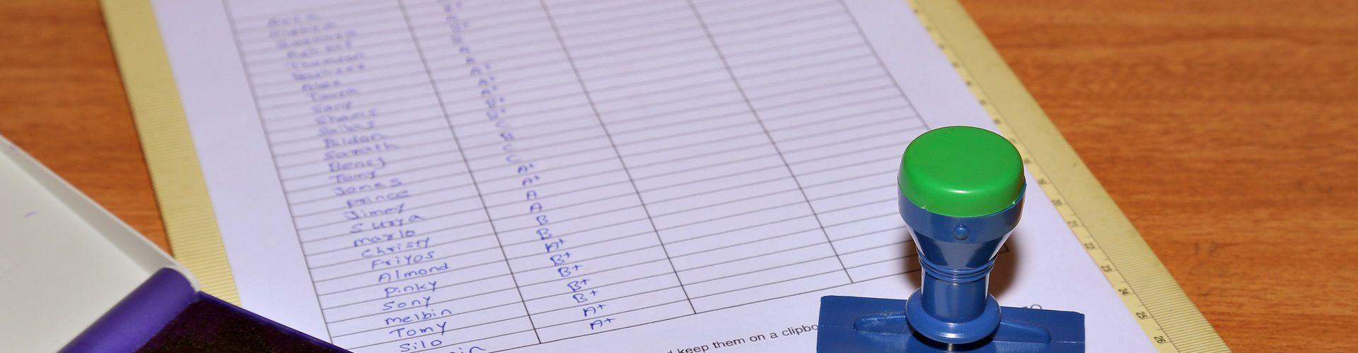 Bild zeigt einen Prüfungsbogen mit Stempel