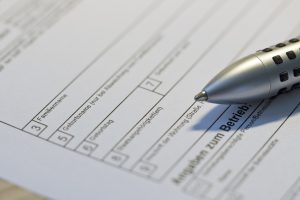 Bild zeigt ein Formular und einen Stift